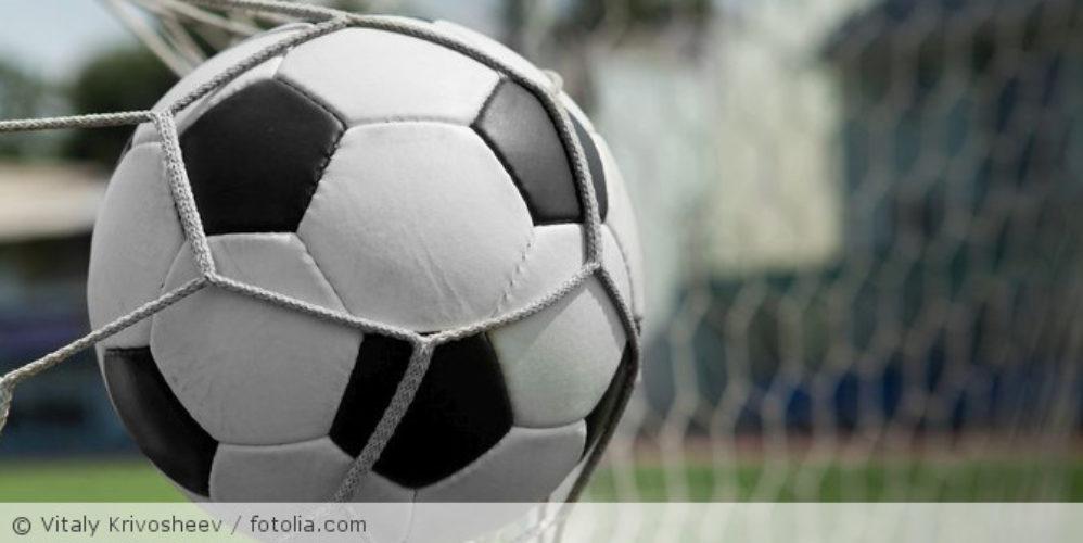 Fußball_im_Tornetz_Fotolia_35801831_S