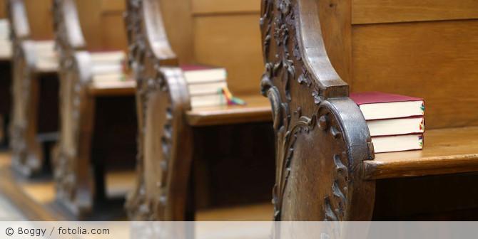 Kirchenbank_fotolia_52779015