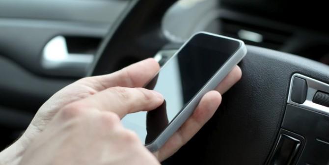 Kampf der Giganten – oder wie das Smartphone ins Auto kommt