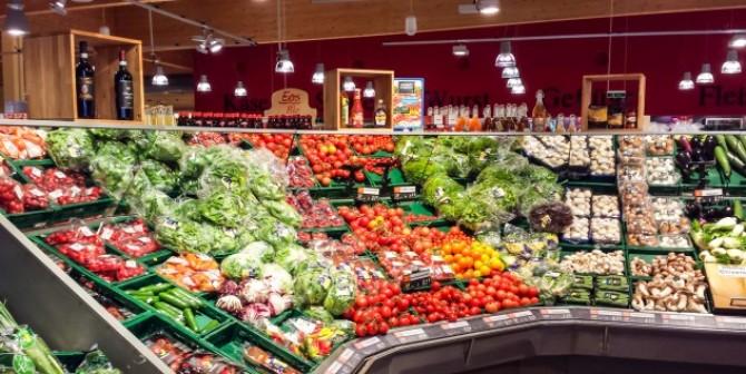 Der Monitor im Eingangsbereich des Supermarktes