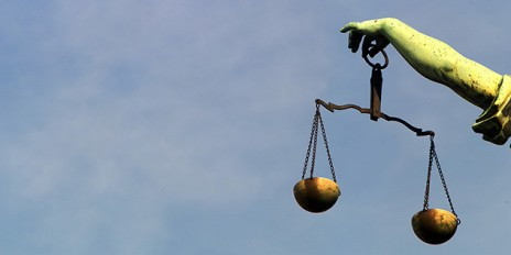 Justitia_ArmUndWaage_Fotolia_4801351_Subscription_Monthly_M