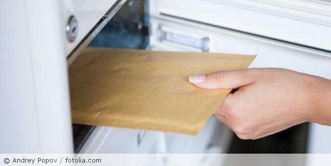 Brief_Briefkasten_herausnehmen_fotolia_56397524