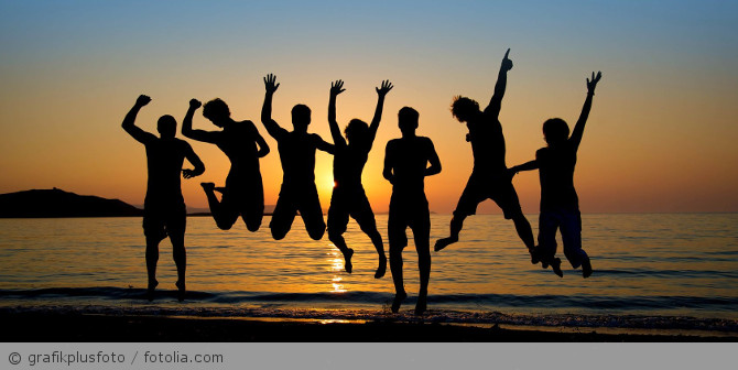 Strand_Urlaub_Menschen_Jugendgruppe_fotolia_68873441
