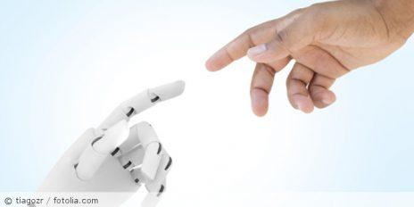 Kuenstliche_Intelligenz_Roboterhand_Mensch_fotolia_163325053