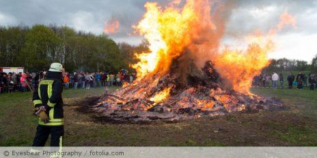 Osterfeuer_Ostern_Feuerwehr_Feuerwehrmann_Feuer_fotolia_145971327