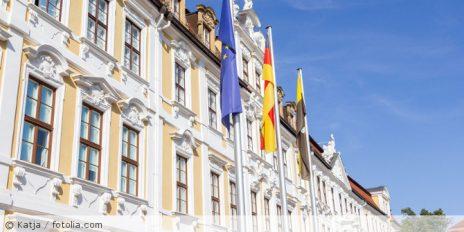 Sachsen-Anhalt_Flagge_Landtag_Magdeburg_fotolia_227643019