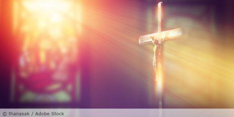 Kreuz_Kruzifix_Kirche_AdobeStock_194056127