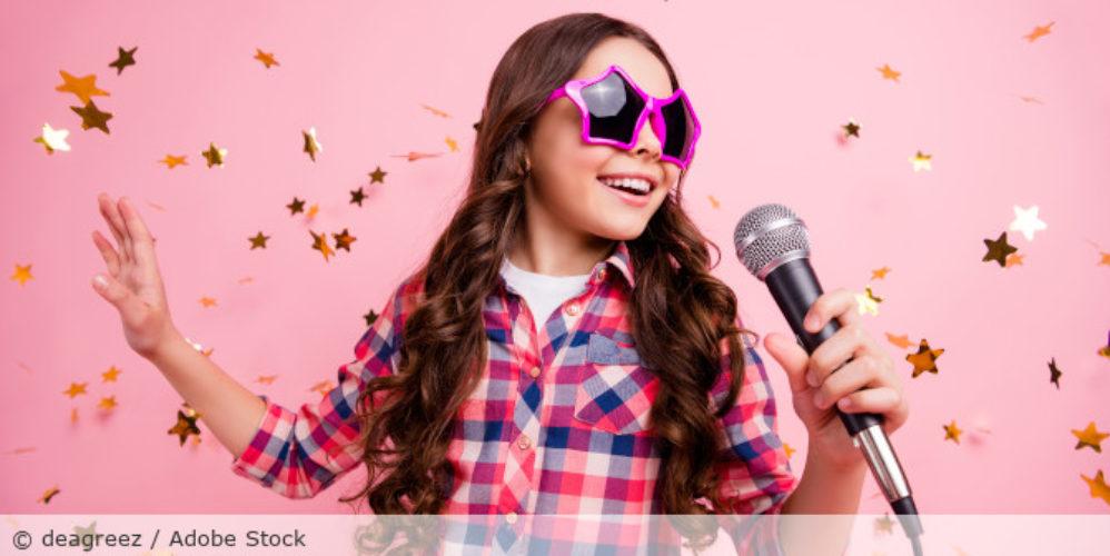 Singen_Karaoke_Kind_AdobeStock_275221656