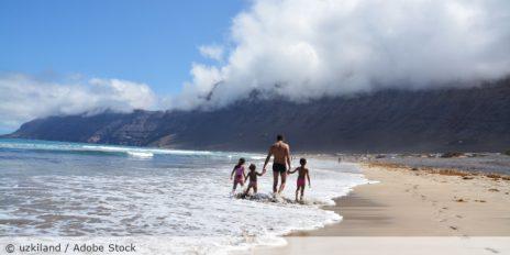 Urlaub_Meer_Familie_Kinder_Strand_Lanzarote_AdobeStock_72524131