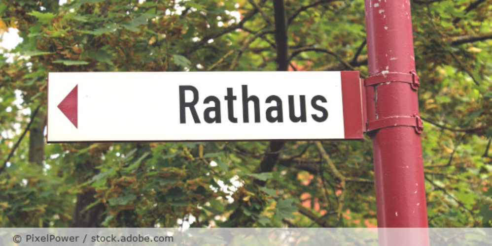 Rathaus_Hinweisschild_AdobeStock_34157196