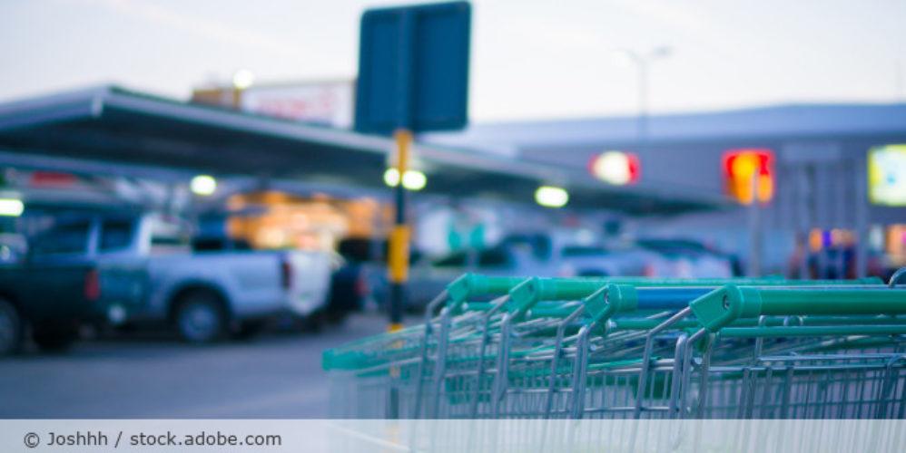 Supermarkt_Parkplatz_Einkaufswagen_Daemmerung_AdobeStock_88732128
