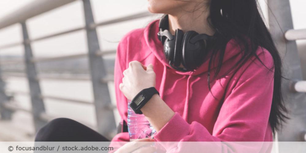 Wearable_fitbit_Sport_Running_Kopfhoerer_AdobeStock_257314283