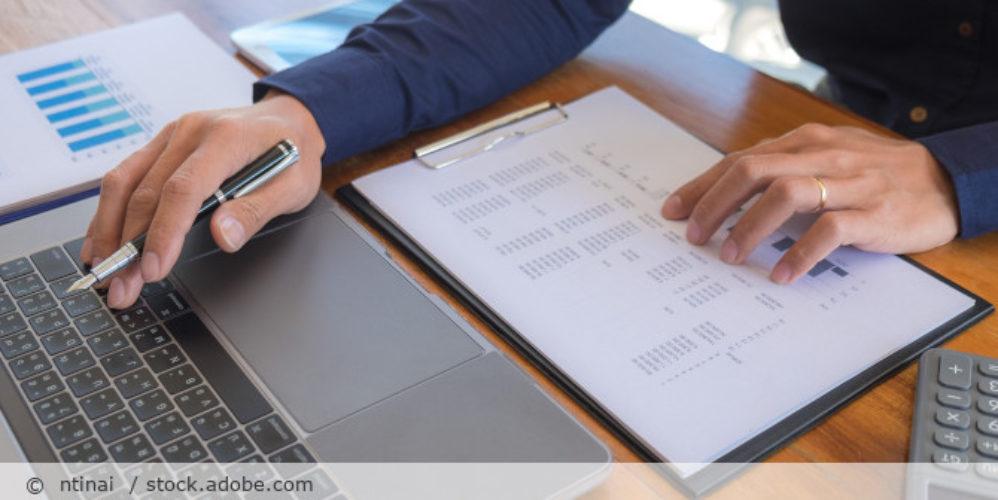 Buchhaltung_Wirtschaftspruefer_Accounting_Zahlen_Computer_AdobeStock_305132872