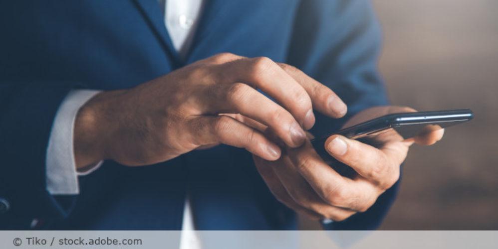 Handy_Smartphone_Geschaeftsmann_Business_AdobeStock_278805825