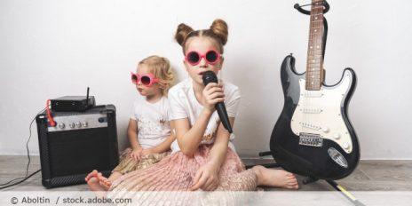 Maedchen_Kinder_Musik_Singen_Mikrofon_AdobeStock_257407664