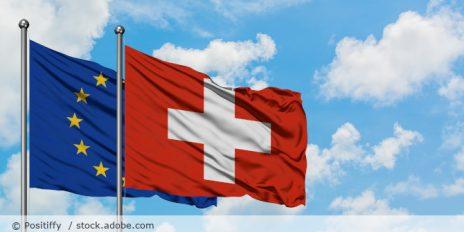 Schweiz_Europa_Flagge_AdobeStock_300846605