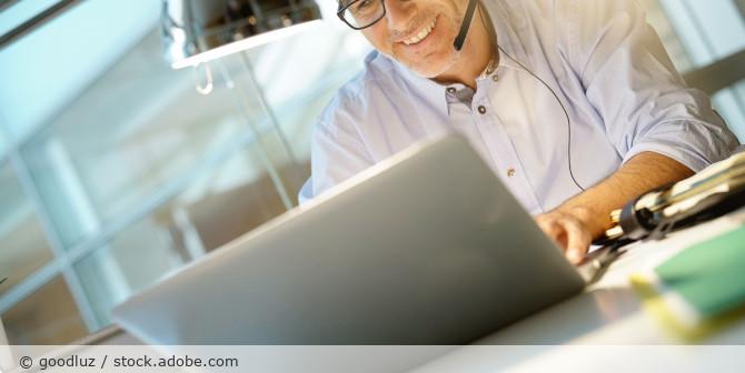 Videokonferenz_Telefon_Headset_Office_AdobeStock_182861856