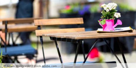 Biergarten_TRestaurant_draußen_Bistro_Blume_AdobeStock_194304421