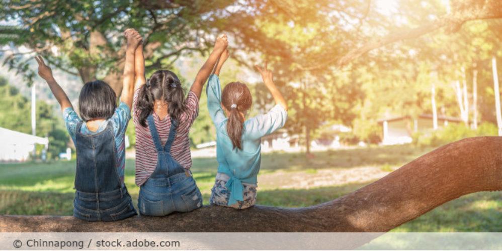 Kinder_von Hinten_draußen_AdobeStock_233879245