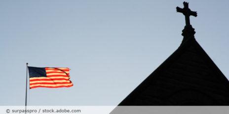 Kirche_USA_Flagge_AdobeStock_1399606