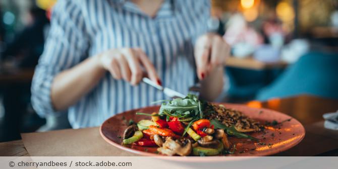 Restaurant_Essen_Frau_Mahlzeit_AdobeStock_316985803