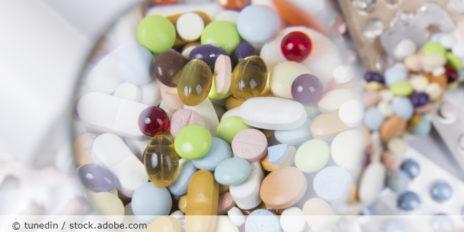 Medikamente_Tabletten_Lupe_AdobeStock_73344572