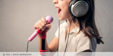 children_Sing_Kind_Mikro_Kopfhörer_AdobeStock_78816381