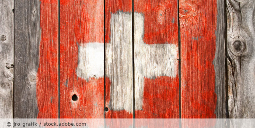 Schweiz_Flagge_Holz_AdobeStock_111185947