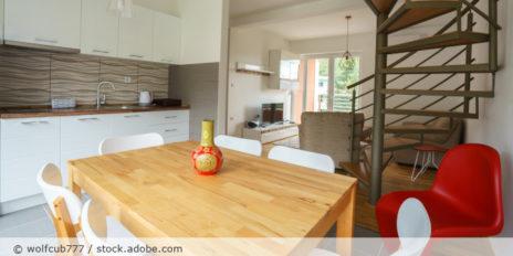 Wendeltreppe_Kueche_Wohnzimmer_Haus_AdobeStock_121859658