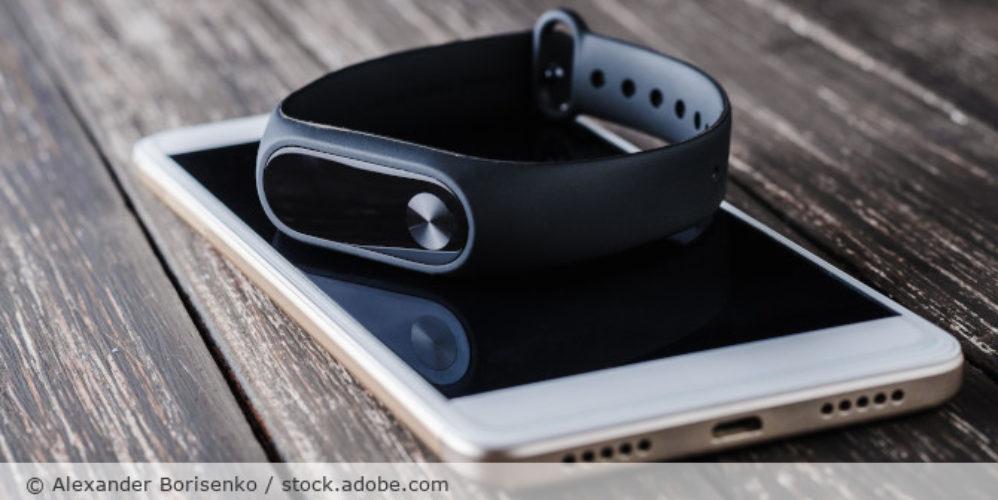 Fitnesstracker_Smartphone_Wearable_Fitbit_AdobeStock_211716863