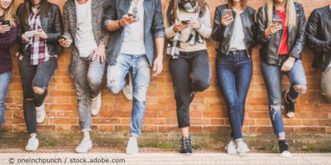 Menschen_Gruppe_Jugendliche_Teenager_Handy_Smartphone_AdobeStock_AdobeStock_218580600