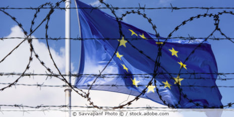EU_Grenze_Flagge_Stacheldraht_AdobeStock_205271093