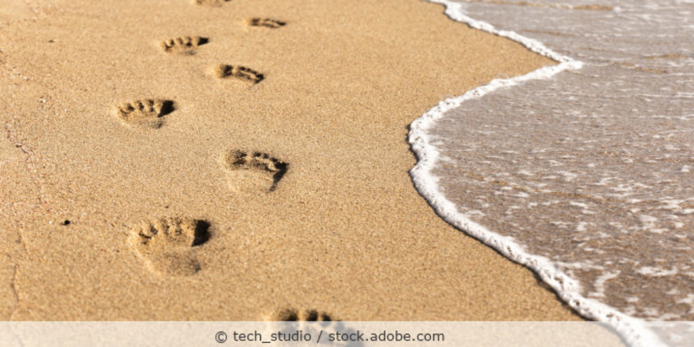 Fußspuren_Sand_Meer_Urlaub_AdobeStock_210717969