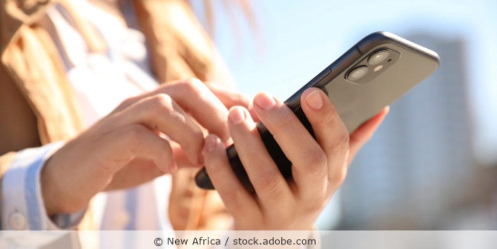 Smartphone_iPhone_Apple_AdobeStock_344079119