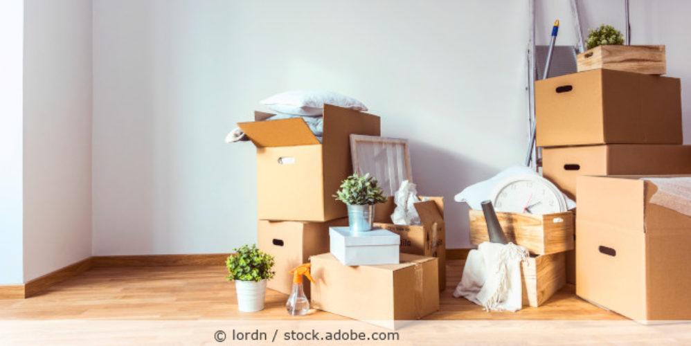 gestapelte Umzugskartons in einer leeren Wohnung