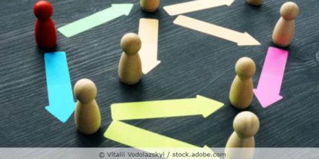 Spielfiguren auf dem Tisch, Pfeilen geben die Beziehung zwischen den Figuren wieder