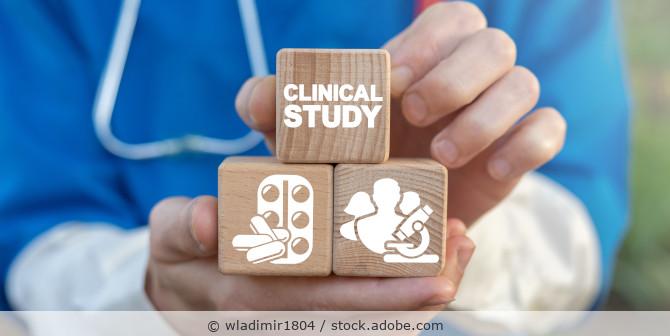3 Holzwurfel mit der Aufschrift Clinical Study und Abbildungen von Tabletten und Ärzten