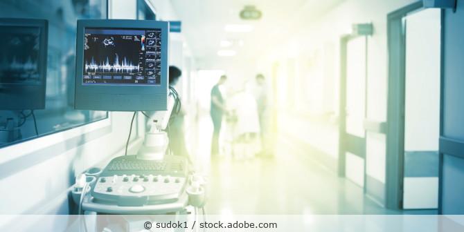 Krankenhausflur mit Ultraschallgerät
