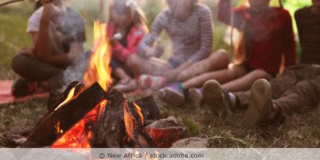 Kinder grillen Marshmallows am Lagerfeuer
