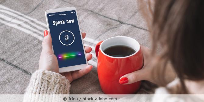 Frau spricht in ihr Handy