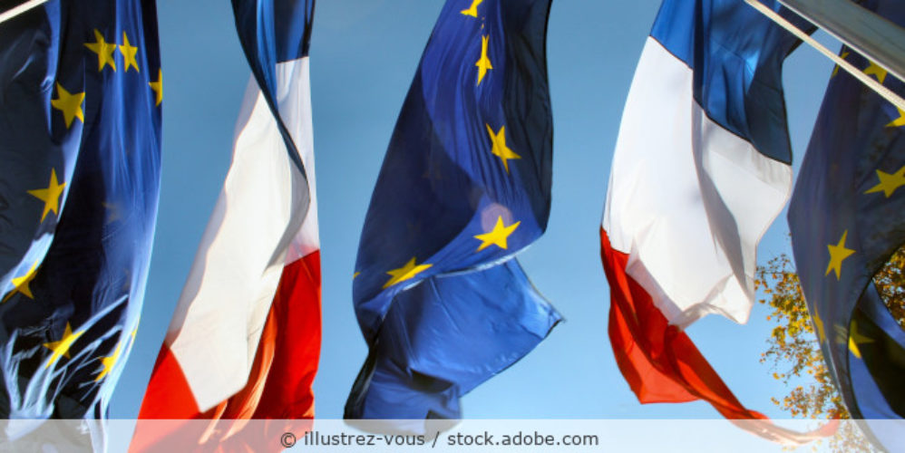 zwei europäische und zwei französische Flaggen wehen im Wind