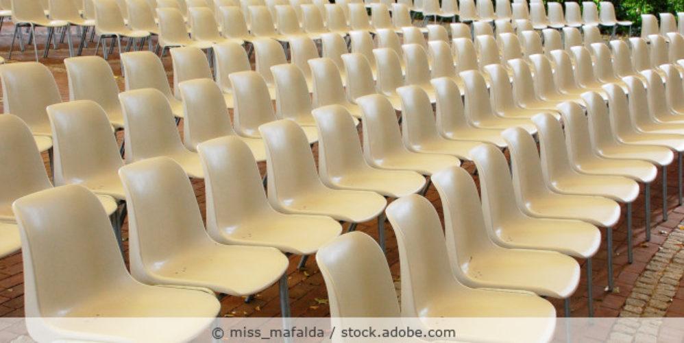 Stuhlreihen_leer_Vortrag_Konferenz_AdobeStock_92467152