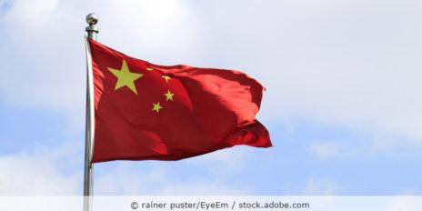 Chinesische Flagge im Wind