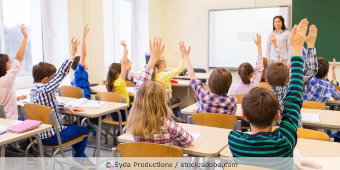 Schüler in einer Klasse melden sich